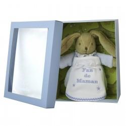Idée cadeau de naissance : un doudou lapin bleu avec un bavoir personnalisé au prénom du bébé