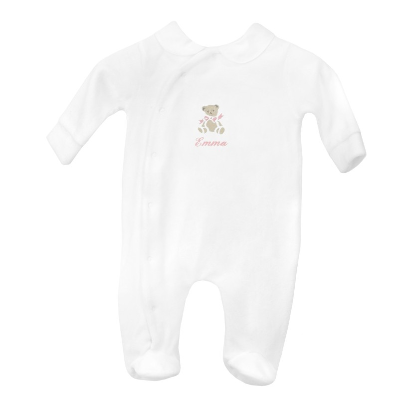 Pyjama à col brodé au prénom du bébé avec un petit ours.
