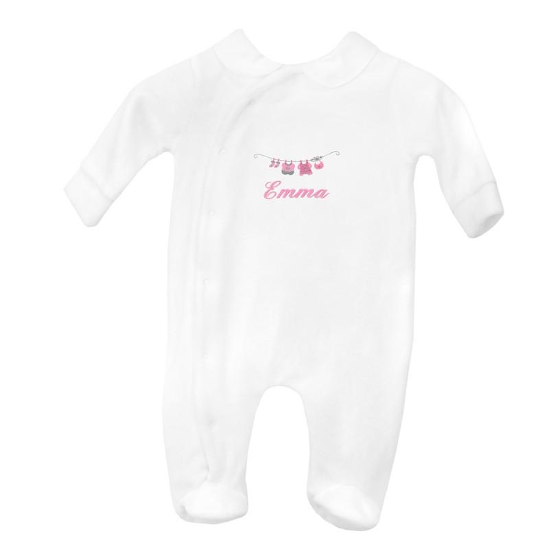 Pyjama personnalisé au prénom de bébé avec le petit linge. Idée cadeau de naissance.