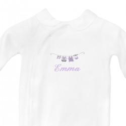 Pyjama brodé au prénom de l'enfant avec le petit linge.