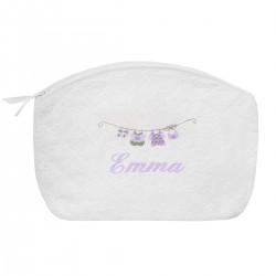 Idée cadeau de naissance : une trousse de toilette brodée au prénom de l'enfant avec le petit linge