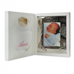 Coffret de naissance avec cadre gravé et bavoir brodé.