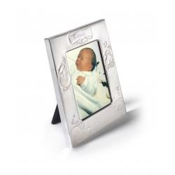 Cadre gravé au prénom de bébé dans le coffret de naissance.