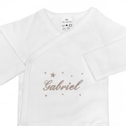 Cadeau indispensable dès la naissance du bébé : un body personnalisé avec des étoiles.